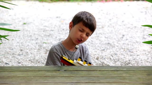 ragazzo giocando con un giocattolo - brent video stock e b–roll