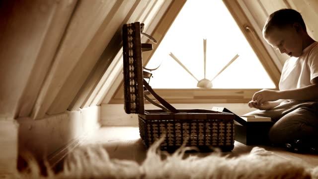 jungen spielen spielzeug im haus loft. - dachboden stock-videos und b-roll-filmmaterial