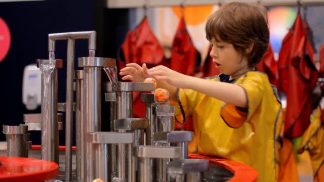 vídeos y material grabado en eventos de stock de niño juega con agua - investigación científica
