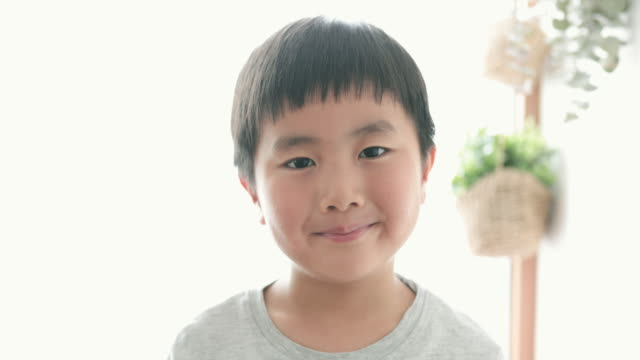 家でリラックスした少年 - 男の子点の映像素材/bロール