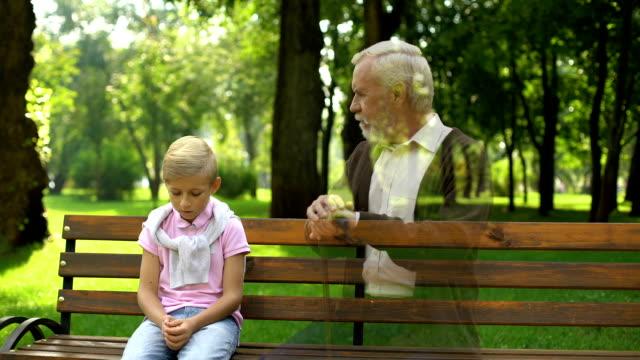ölü büyükbaba, hayaleti tezgah, yalnızlık ve hüzün izliyor hatırlar - ölü stok videoları ve detay görüntü çekimi