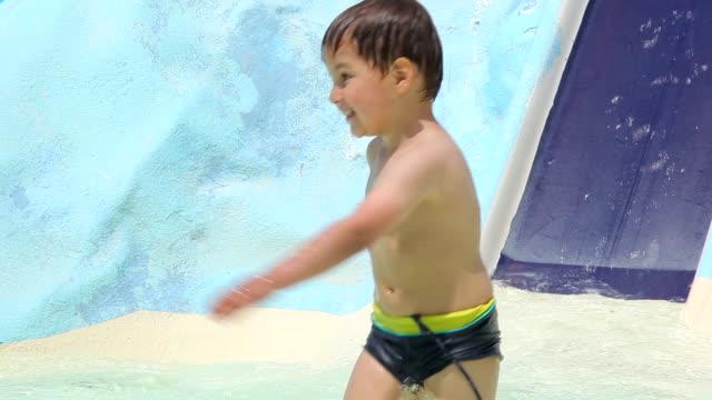 ragazzo in un ottovolante in piscina - brent video stock e b–roll