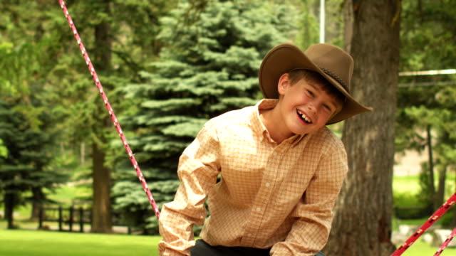 Boy riding juguete - vídeo