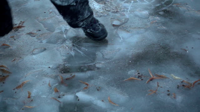 boy running on thin ice, slow motion 250 fps - chudy filmów i materiałów b-roll