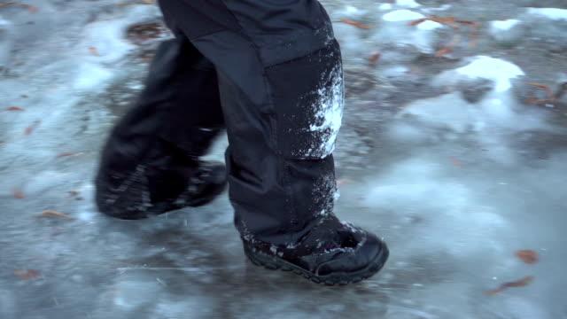 vídeos de stock, filmes e b-roll de correr em gelo fino, câmera lenta - caminhada no gelo