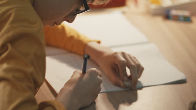 Junge am Tisch seine Hausaufgaben – Video