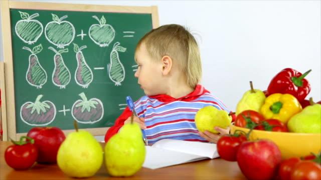 ragazzo risolve problemi matematici - solo bambini maschi video stock e b–roll