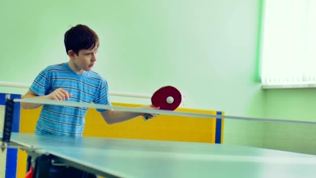 stockvideo's en b-roll-footage met jongen sport tiener spelen tafeltennis slow motion video - paddle