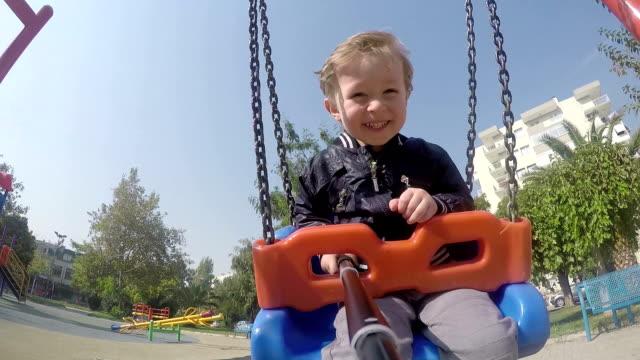 pov: junge schwingen - kind schaukel stock-videos und b-roll-filmmaterial