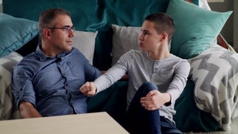 vidéos et rushes de garçon parlant de son jour - parents