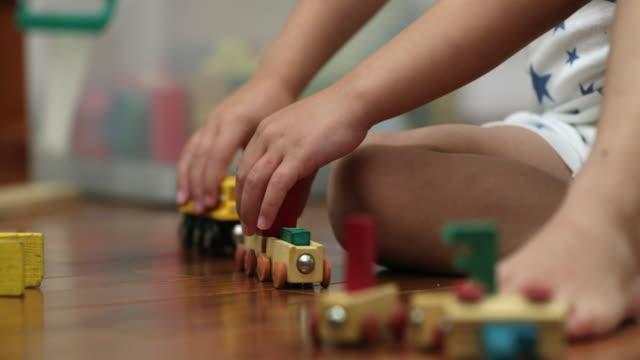 pojke småbarn leker med leksaker i rummet - förskoleelev bildbanksvideor och videomaterial från bakom kulisserna