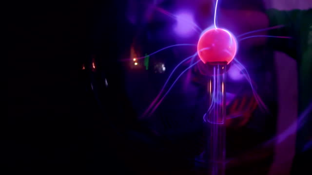 boy touches to plasma globe - museo video stock e b–roll