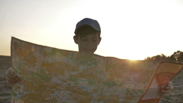 junge reisen mit einer karte bei sonnenuntergang im freien, wahrzeichen - weißrussland stock-videos und b-roll-filmmaterial