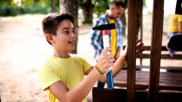 pojke som försöker slå en spik - hammare bildbanksvideor och videomaterial från bakom kulisserna