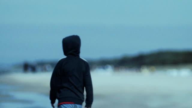 junge zu fuß am strand. - ostsee stock-videos und b-roll-filmmaterial
