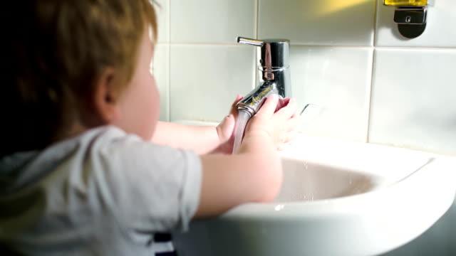 мальчик мыть руки с мылом и выключение мягкой воды - погружённый стоковые видео и кадры b-roll