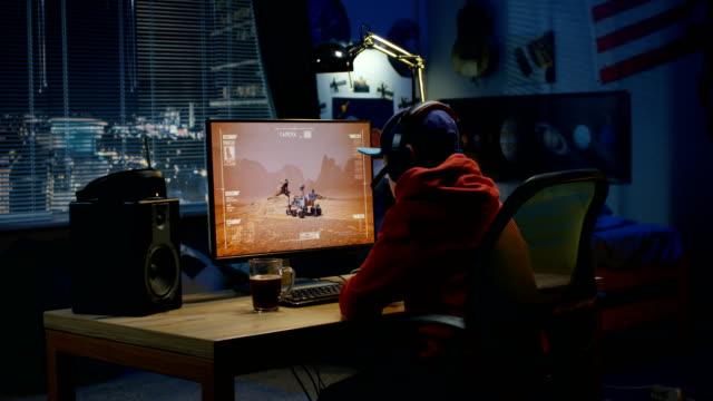boy watching movement of a mars rover - badawczy statek kosmiczny filmów i materiałów b-roll