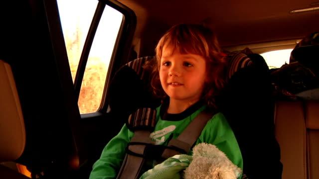 vídeos de stock e filmes b-roll de menino observando cinema na aluguer - tv e familia e ecrã