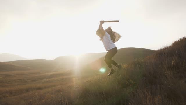 一個拿著劍的男孩跳起來打。慢動作視頻 - sword 個影片檔及 b 捲影像