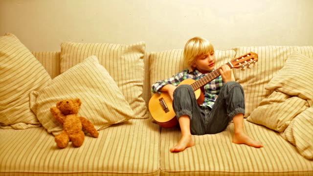 ragazzo con chitarra - solo bambini maschi video stock e b–roll