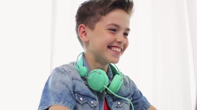 jongen met hoofdtelefoons hebben video chat op laptop video
