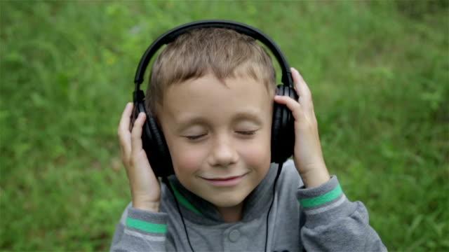 çocuk kulaklık ile - kulaklık seti ses ekipmanı stok videoları ve detay görüntü çekimi