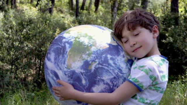 chłopiec z nadmuchiwaną ziemią - obszar zadrzewiony filmów i materiałów b-roll