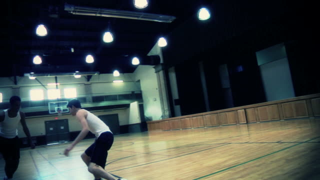 vídeos de stock, filmes e b-roll de meninos e basquete - camiseta preta