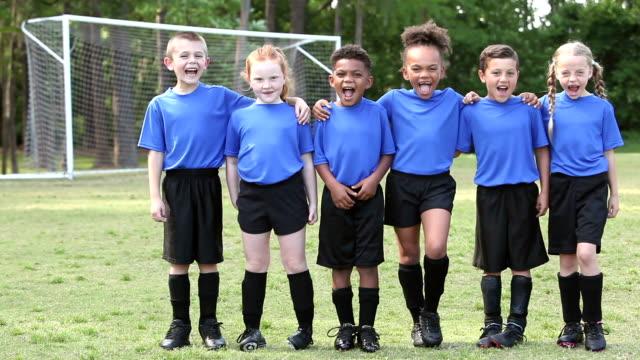 vídeos de stock, filmes e b-roll de meninos e meninas de futebol em pé em uma fila, gritando - posição