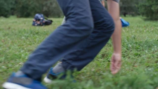 pojkar spelar fotboll - sportaktivitet bildbanksvideor och videomaterial från bakom kulisserna