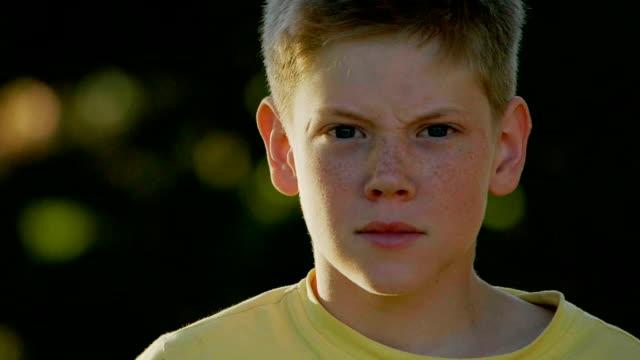 vídeos de stock, filmes e b-roll de menino de retrato - perguntando