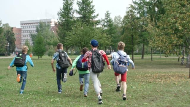 学校に走っている少年たち - 新学期点の映像素材/bロール
