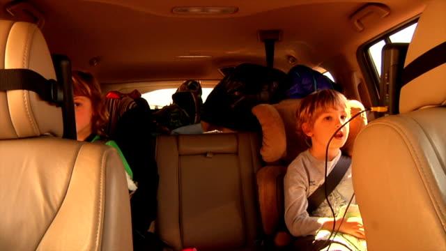 vídeos de stock e filmes b-roll de grupo de assistir filme em aluguer de carros - tv e familia e ecrã