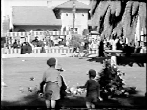jungen mit tauben – von 1930 er jahren film - kopfbedeckung stock-videos und b-roll-filmmaterial