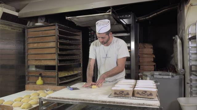 vidéos et rushes de tressage brioche pâte portions - boulanger