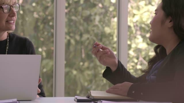 ブレーンストーミング: オフィスで同僚と話し合う - 肥満点の映像素材/bロール