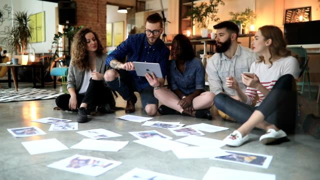 brainstorming office day - scoprire nuovi terreni video stock e b–roll