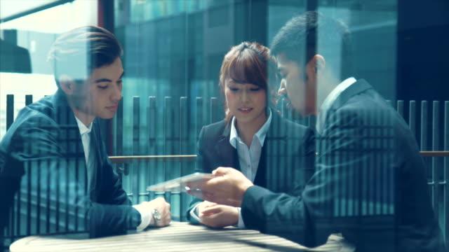 ブレインストーミング  - ビジネスマン 日本人点の映像素材/bロール