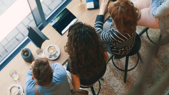 vídeos de stock e filmes b-roll de brainstorming - coffe shop