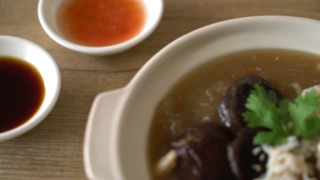 赤い肉汁スープで煮込まれた魚の浮き袋 ビデオ