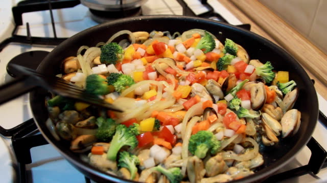 braising mussels with roasted onion, fresh vegetables video