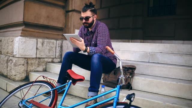 vídeos y material grabado en eventos de stock de freno de tiempo al aire libre - moda hipster