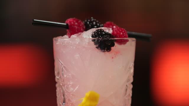 bramble cocktail - лимонный сок стоковые видео и кадры b-roll