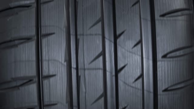 vídeos de stock e filmes b-roll de brand new car tire - tire tread - fundo oficina