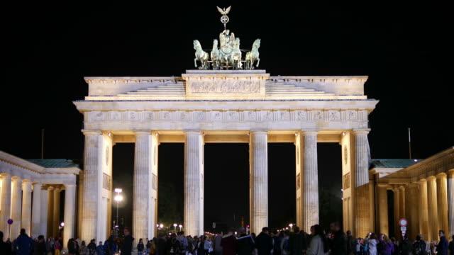 vídeos de stock e filmes b-roll de porta de brandemburgo à noite - berlin wall