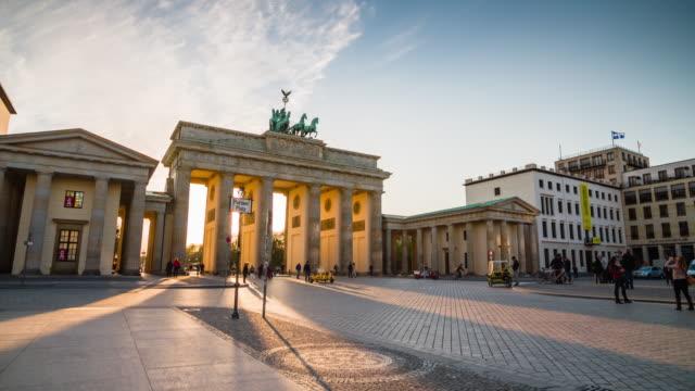 vídeos de stock e filmes b-roll de portão de brandemburgo, berlim, ao pôr do sol - berlin wall