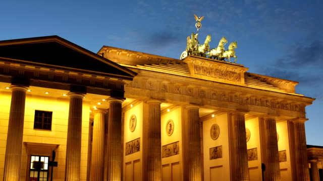 vídeos de stock e filmes b-roll de portão de brandemburgo, berlim - berlin wall