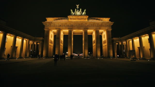 brandenburger tor beleuchtet in der nacht, berlin, deutschland - berlin brandenburger tor blurred stock-videos und b-roll-filmmaterial