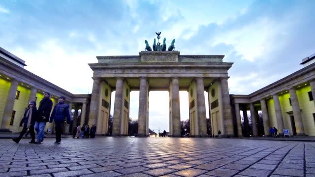 vídeos de stock e filmes b-roll de portão de brandemburgo, em berlim, alemanha - berlin wall