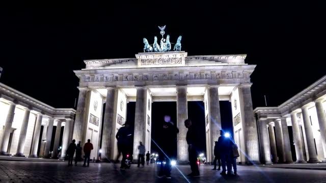 vídeos de stock e filmes b-roll de brandenburg gate in berlin, germany - berlin wall